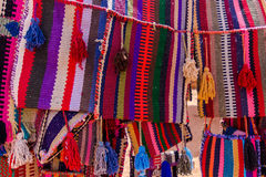 Materia textil colorida en el Petra, Jordania Fotografía de archivo