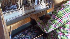 Materia textil de seda que teje con el telar tradicional almacen de metraje de vídeo