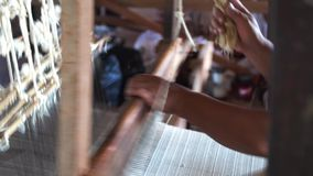 Materia textil de seda que teje con el telar tradicional almacen de video