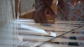 Materia textil de seda que teje con el telar tradicional metrajes