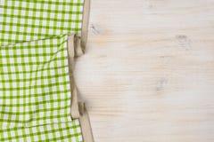 Materia textil del mantel en fondo de madera blanqueado imagen de archivo libre de regalías