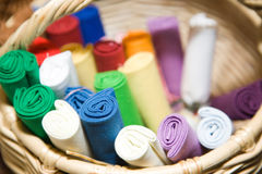 Materia textil en cesta Imagenes de archivo