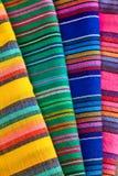Materia textil mexicana colorida Fotos de archivo libres de regalías