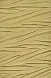 Materia textil sintética arrugada de oro amarilla, detalle arrugado del tejido de poliester, modelo arrugado decorativo vertical  imágenes de archivo libres de regalías