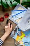 Materia turística con el mapa y boletos en la opinión superior del fondo de madera Imagenes de archivo