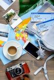 Materia turística con el mapa y boletos en la opinión superior del fondo de madera Foto de archivo libre de regalías