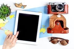 Materia turística con la cámara y mapa en la opinión superior del fondo blanco Imagen de archivo