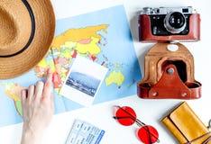 Materia turística con la cámara y mapa en la opinión superior del fondo blanco Fotografía de archivo