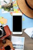 Materia turística con la cámara y mapa en la opinión superior del fondo de madera Fotografía de archivo libre de regalías