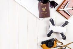 Materia y artilugios del blogger del viajero en de madera blanco Fotografía de archivo