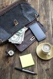 Materia y café del bolso de la mujer Fotos de archivo libres de regalías