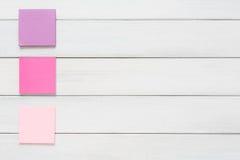 Materiały dostawa - kleisty notatka papier na drewnie Fotografia Royalty Free