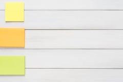Materiały dostawa - kleisty notatka papier na drewnie Obraz Stock