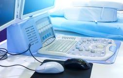 Materiaal bij oncologieafdeling bij het ziekenhuis Het moderne close-up van ultrasone klankapparaten in het ziekenhuis stock afbeeldingen