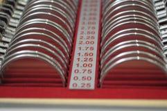 Materiaal in een optomitristsbureau om ogen met inbegrip van een phoropter te analyseren stock foto's