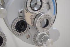 Materiaal in een optomitristsbureau om ogen met inbegrip van een phoropter te analyseren stock afbeeldingen