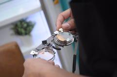 Materiaal in een optomitristsbureau om ogen met inbegrip van een phoropter te analyseren royalty-vrije stock afbeeldingen