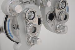 Materiaal in een optomitristsbureau om ogen met inbegrip van een phoropter te analyseren stock afbeelding