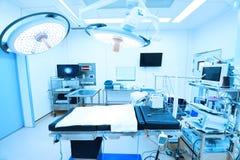 Materiaal en medische hulpmiddelen in moderne werkende ruimte stock foto's
