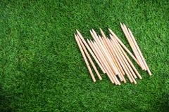 Materiaal en voorraden voor het werk aangaande grasachtergrond stock foto's