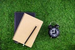 Materiaal en voorraden voor het werk aangaande grasachtergrond royalty-vrije stock afbeeldingen
