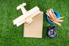 Materiaal en voorraden voor het werk aangaande grasachtergrond royalty-vrije stock foto's