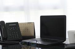 Materiaal op Desktop in bureau stock afbeelding