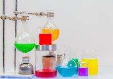 materiaal van distillatie in laboratoriumexperimenten stock afbeelding