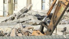 Materiaal voor de vernietiging van gebouwen die in de ruïnes werken stock video