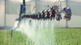 Materiaal voor landschapsirrigatie Automatisch het water geven systeem voor serres stock video