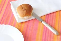 Materiaal voor ontbijt op multicolored tafelkleed stock afbeelding