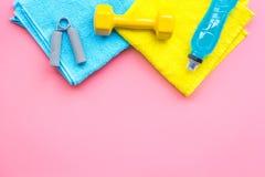 Materiaal voor sportoefening De achtergrond van de geschiktheid Domoren, expander op ruimte pastelkleur de roze van het achtergro Royalty-vrije Stock Afbeelding