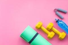 Materiaal voor sportoefening De achtergrond van de geschiktheid Domoren, mat op ruimte pastelkleur de roze van het achtergrond ho Royalty-vrije Stock Foto