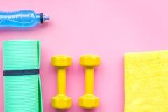 Materiaal voor sportoefening De achtergrond van de geschiktheid Domoren, mat op ruimte pastelkleur de roze van het achtergrond ho Stock Afbeelding