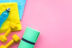 Materiaal voor sportoefening De achtergrond van de geschiktheid Domoren, mat op ruimte pastelkleur de roze van het achtergrond ho Stock Fotografie