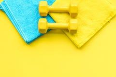 Materiaal voor sportoefening De achtergrond van de geschiktheid Domoren op ruimte pastelkleur de gele van het achtergrond hoogste Stock Fotografie