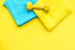 Materiaal voor sportoefening De achtergrond van de geschiktheid Domoren op ruimte pastelkleur de gele van het achtergrond hoogste Royalty-vrije Stock Foto
