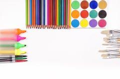 Materiais coloridos da pintura e de desenho, fundo branco, espaço da cópia para o texto Imagens de Stock