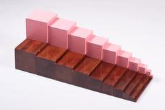 Materiais de aprendizagem de Montessori: Escadas de Brown e torre cor-de-rosa fotos de stock