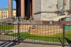 Materiais de construção - placas para reparar o dia do gato do ` s do St Isaac Fotografia de Stock