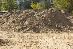 Materiais de construção Uma pilha da areia em um canteiro de obras imagens de stock