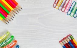 Materiais de escritório coloridos no Desktop branco Imagem de Stock Royalty Free