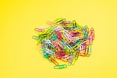 Materiais de escritório do clipe de papel da cor foto de stock