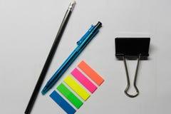 Materiais de escritório - pena, lápis e etiquetas imagens de stock