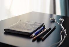 Materiais de escritório sobre uma mesa foto de stock royalty free