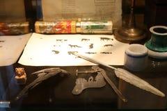 Materiais de escrita históricos antigos no fim do museu Fotos de Stock Royalty Free