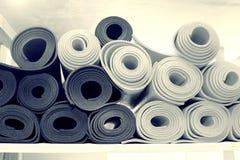 Materiais para classes da ioga, esteiras, tijolos e correias, bacia para a meditação tudo que você precisa para a ioga imagens de stock