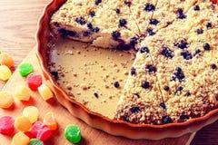 material: blåbär gräddfil, socker, två ägg Fotografering för Bildbyråer