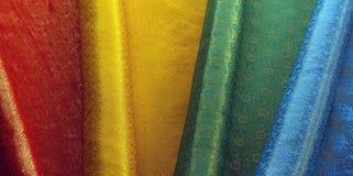 Material colorido de la materia textil en la India imagenes de archivo