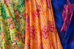 Material colorido en mercado árabe Foto de archivo libre de regalías